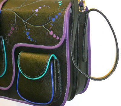 Alice Angevin, Les Sacs à M'Alice Housse à PC Portable Herria noir grainé galon violet bleus dentelle, coté
