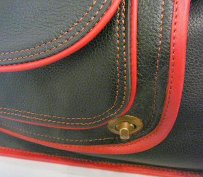 Alice Angevin, Les Sacs à M'Alice Housse à PC Portable Herria noir grainé galon violet bleus dentelle detail devant