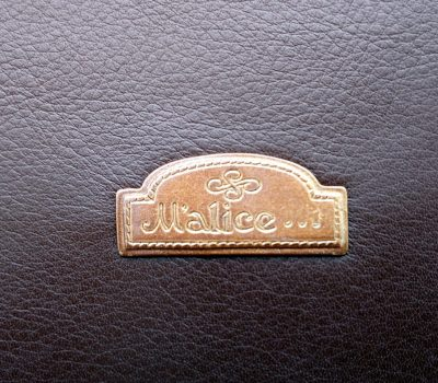 Alice Angevin, Les Sacs à M'Alice Logo métal sur marron grainé, détail